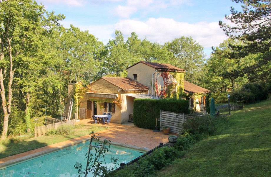 Leggett house for sale in le bugue dordogne situated for Swimming pool close to house