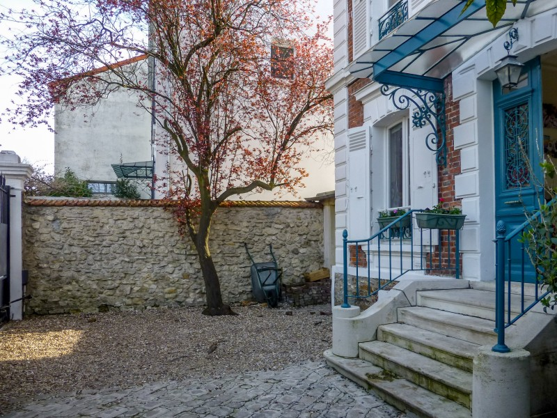 5 bedroom house with views of the Eiffel tower, garden