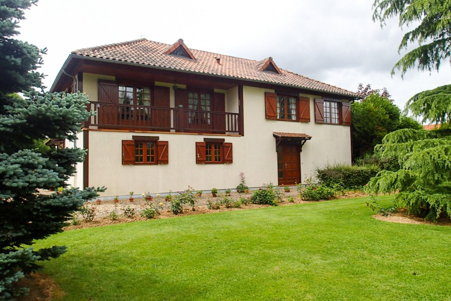 Leggett house for sale in brigueil le chantre vienne for Chalet style homes for sale
